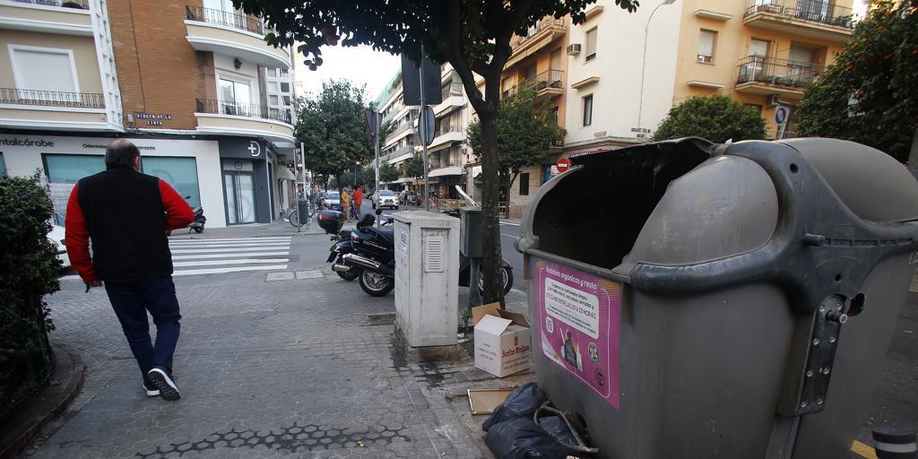 Suciedad, contenedores saturados y excrementos de perro por las calles de Sevilla