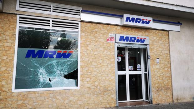 Los ladrones usaron mazas para reventar el cristal pero no consiguieron acceder al interior