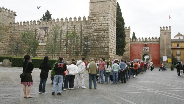 Las colas son usuales en la puerta del León del Real Alcázar de Sevilla