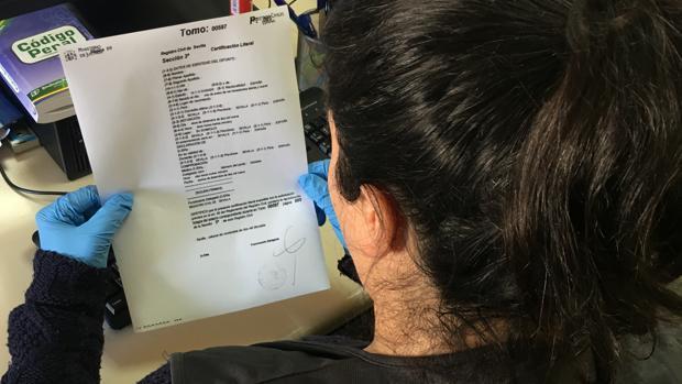 Un agente de Policía revisa la documentación de un caso similar