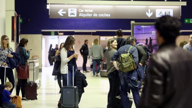 Pasajeros en la terminal del aeropuerto de Sevilla