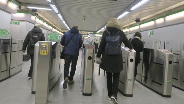Pasajeros en el Metro de Sevilla