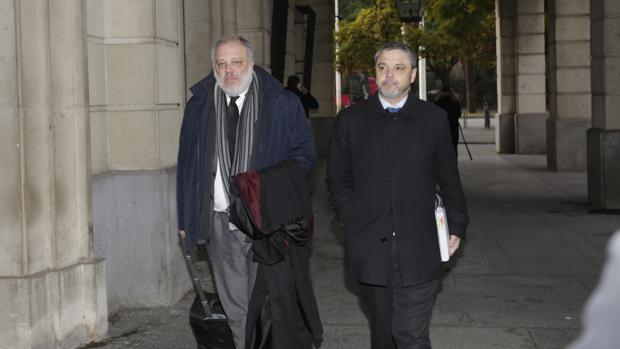 Fernando Mellet, llegando a los juzgados con su abogado