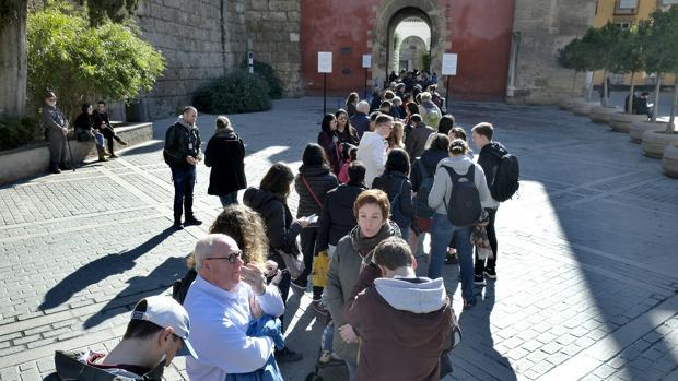 Turistas en la cola del Alcázar