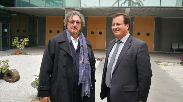 El delegado de Seguridad, Movilidad y Fiestas Mayores, Juan Carlos Cabrera, junto al presidente de la Asociación Asperger-TEA Sevilla, Rafael Jorreto, durante el encuentro celebrado para acordar esta medida