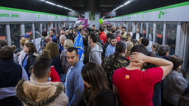 La estación de la Puerta de Jerez repleta de viajeros del metro de Sevilla