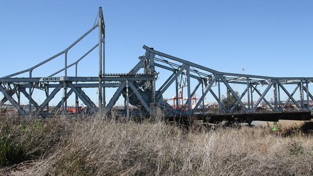 El puente de Alfonso XIII, almacenado en la dársena del Batán