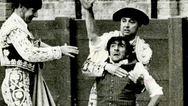 Abelardo pugna por zafarse del abrazo del torero de plata poco después de lanzarse al ruedo como espontáneo en una corrida de la Feria