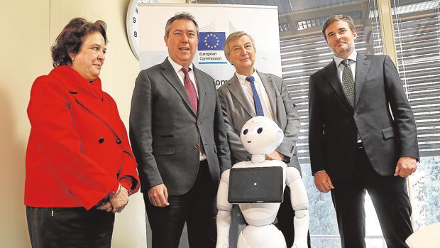 El alcalde, Juan Espadas, y la delegada de Economía, Carmen Castreño, con investigadores del centro