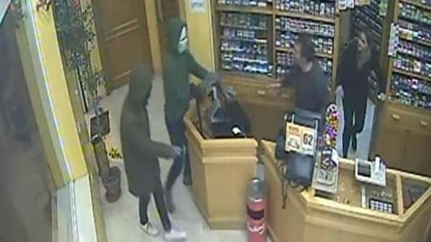 Los dos ladrones entraron en el establecimiento con los rostros cubiertos para no ser reconocidos