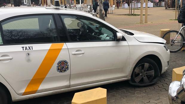 El destrozo en la rueda impidió que el taxista pudiera apartar el vehículo de la vía