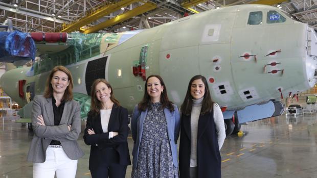 Paloma Peinado, Cristina Aguilar, María Mora-Figueroa y Silvia Bonete delante de uno de los aviones