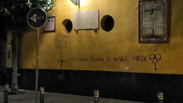 Pintadas contra la Iglesia en la fachada de San Martín
