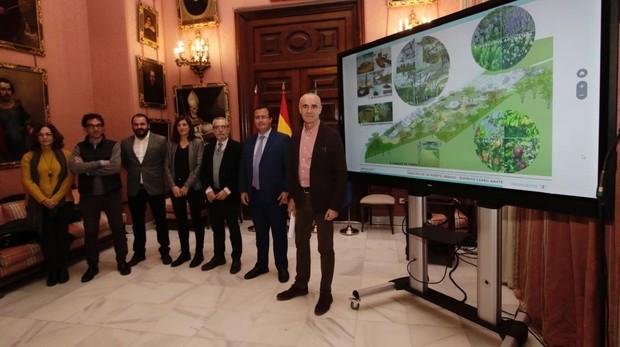 Antonio Muñoz, Juan Carlos Cabrera y Juan Flores, este miércoles, con responsables de los proyectos