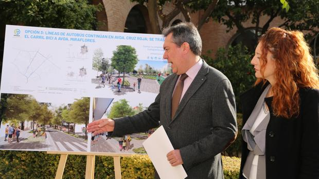 Juan Espadas, con la delegada del distrito Macarena, Clara Isabel Macías