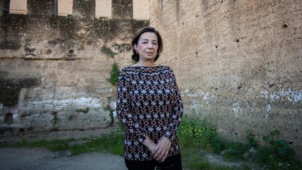 Magdalena Valor junto a las murallas de Sevilla