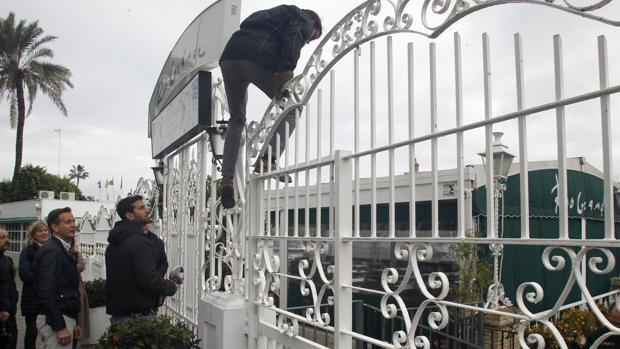 Momento de la entrada a la fuerza de la terraza tras la negativa de la propiedad a entregar las llaves