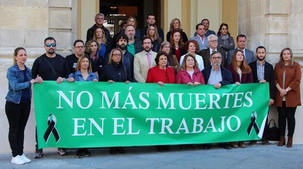 Concentración en el Ayuntamiento de Sevilla por el accidente mortal del obrero