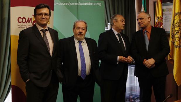 Carmona, en el centro, con responsables del colegio y del sindicato médicos
