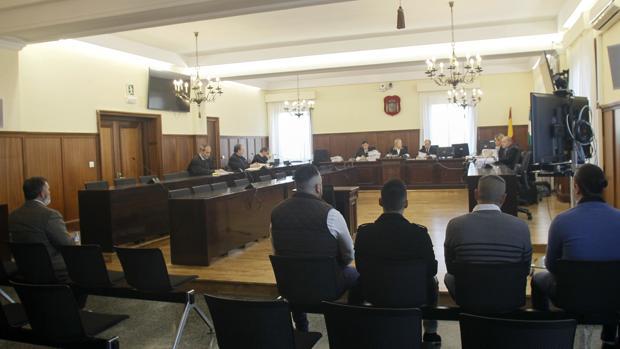 Villegas, a la izquierda, y los otro cuatro acusados en el banquillo poco antes de que arranque el juicio