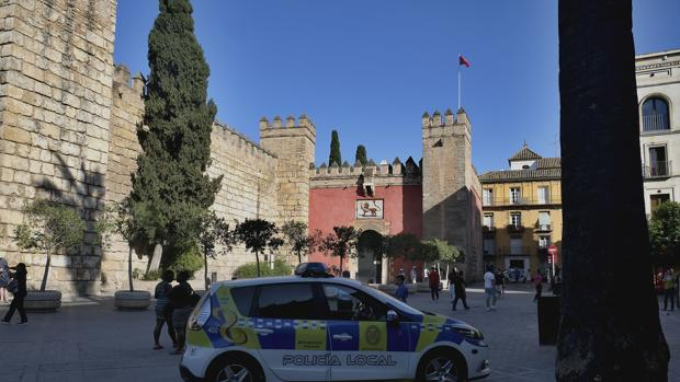 Un coche policial en la puerta del Alcázar el día del suceso en mayo de 2018