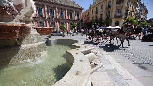 Un coche de caballos paseando por el centro histórico de Sevilla