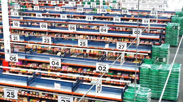 Interior de uno de los almacenes de venta online de Mercadona