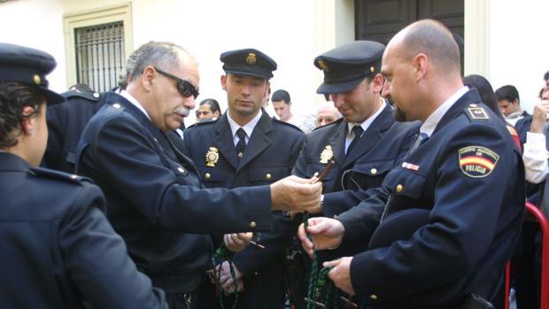 Agentes de Policía Nacional en la salida de una hermandad en Sevilla