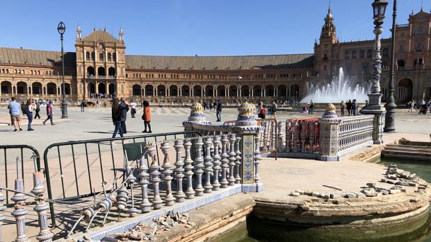 Destrozos recientes en la balaustrada de la Plaza de España de Sevilla