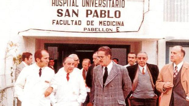 Visita del gobernador civil en 1971 al Hospital de San Pablo de Sevilla