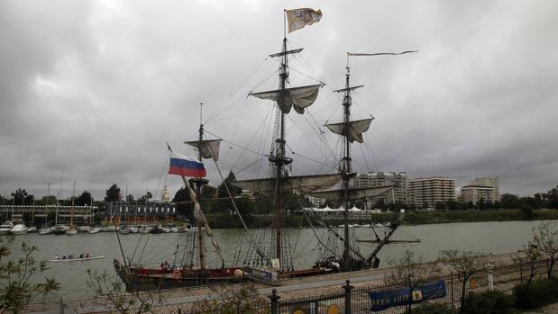 Imagen de la fragata rusa «Shtandart» en el muelle de Sevilla