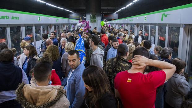 Usuarios esperan el metro en Sevilla