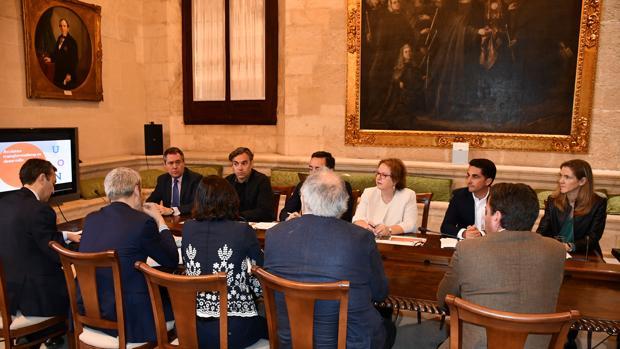 Reunión del alcalde de Sevilla, Juan Espadas, y el gerente de Emvisesa, Felipe Castro con representantes del Banco Europeo de Inversiones