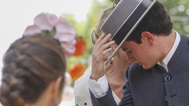 Un joven a caballo saluda con el sombrero