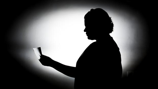 Ana Belén, que prefiere guardar el anonimato, mira una fotografía de su madre, asesinada hace dos años