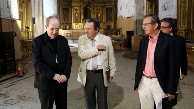 El arzobispo visitó junto al ecónomo y los arquitectos la iglesia de Santa Clara