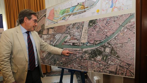 Rafael Carmona muestra el espacio que se venderá