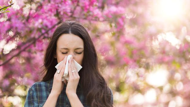Una mujer, afectada por una alergia