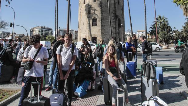 Turistas en el entorno de la Torre del Oro