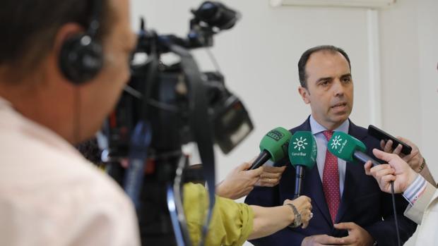 Javier Millán atiende a los medios en su visita a los juzgados de violencia en Sevilla