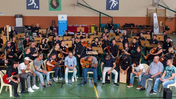 Internos participantes en el taller tocaron este viernes con músicos de la Sinfónica de Sevilla