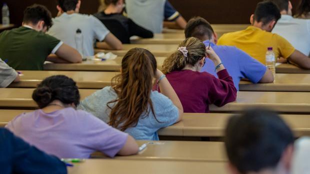 Estudiantes en pleno examen de Selectividad