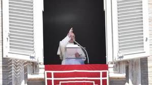 El Papa Francisco oficia el rezo de la oración del Regina Coeli desde su oficina en la Plaza de San Pedro, en el Vaticano