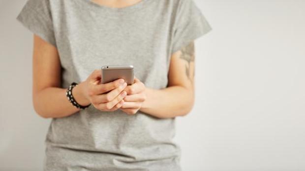 Facua denuncia que Correos obliga a los usuarios a llamar a un teléfono 902
