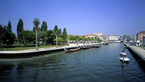 Embarcadero de las naves que recorren los canales en Aveiro