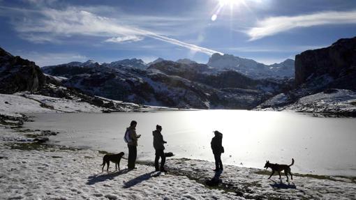 Varias personas pasean por los lagos de Covadonga, en el Parque Nacional de Picos de Europa, parcialmente helados el pasado 1 de diciembre