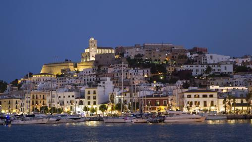 Vista general de Dalt Vila y el puerto de la ciudad de Ibiza