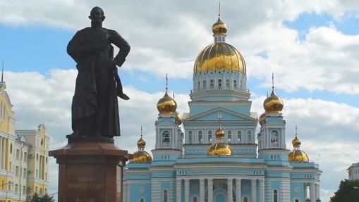 Catedral, junto a un monumento al Almirante Ushakov