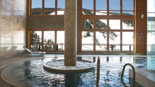 Zona de spa con vistas a la nieve