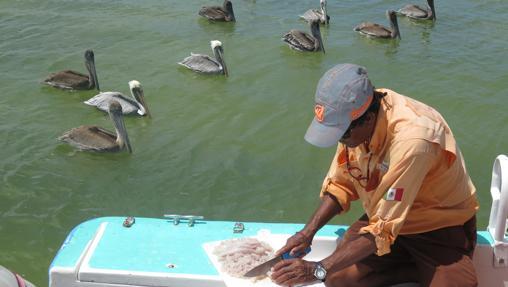 Preparando ceviche con pescado fresco durante la excursión